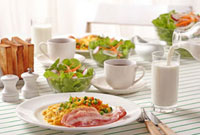 コップに注ぐ牛乳と朝食