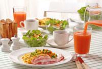 コップに注ぐ野菜ジュースと朝食