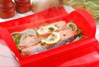 シリコンスチーマーで調理した鮭のワイン蒸し