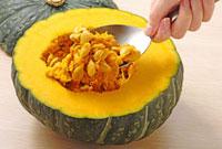 えびすかぼちゃ 種を掬う