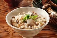 松茸ご飯 10323003522| 写真素材・ストックフォト・画像・イラスト素材|アマナイメージズ
