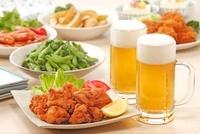 ビールとおつまみ 10323003693| 写真素材・ストックフォト・画像・イラスト素材|アマナイメージズ