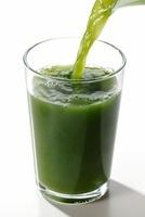 グラスに注ぐ青汁