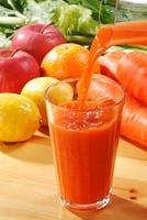 グラスに注ぐ野菜ジュース