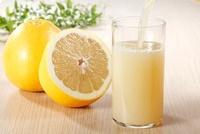 グラスに注ぐグレープフルーツジュース