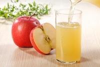 グラスに注ぐりんごジュース