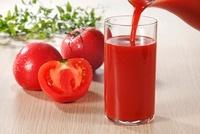 グラスに注ぐトマトジュース