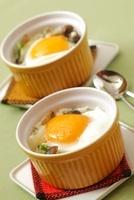 卵としめじのココット 10323004790| 写真素材・ストックフォト・画像・イラスト素材|アマナイメージズ