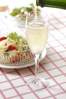 シャンパンと冷製パスタ 10323005057| 写真素材・ストックフォト・画像・イラスト素材|アマナイメージズ