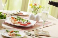シャンパンとサラダ 10323005058| 写真素材・ストックフォト・画像・イラスト素材|アマナイメージズ