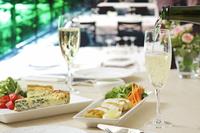 シャンパンとランチ 10323005081| 写真素材・ストックフォト・画像・イラスト素材|アマナイメージズ