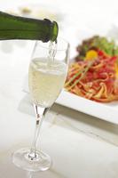 シャンパンとパスタ 10323005088| 写真素材・ストックフォト・画像・イラスト素材|アマナイメージズ