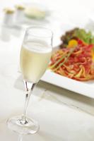 シャンパンとパスタ 10323005089| 写真素材・ストックフォト・画像・イラスト素材|アマナイメージズ