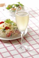 シャンパンと冷製パスタ 10323005094| 写真素材・ストックフォト・画像・イラスト素材|アマナイメージズ