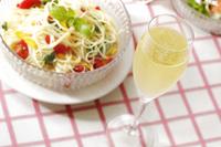 シャンパンと冷製パスタ 10323005095| 写真素材・ストックフォト・画像・イラスト素材|アマナイメージズ