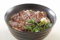 ステーキ丼 10323005356| 写真素材・ストックフォト・画像・イラスト素材|アマナイメージズ