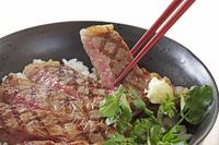 ステーキ丼 10323005357| 写真素材・ストックフォト・画像・イラスト素材|アマナイメージズ