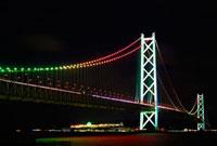 明石海峡大橋クリスマスカラーのライトアップ 10330000072| 写真素材・ストックフォト・画像・イラスト素材|アマナイメージズ