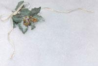 リボンとヒイラギの葉のクリスマスイメージ