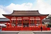 伏見稲荷大社外拝殿 10330000306| 写真素材・ストックフォト・画像・イラスト素材|アマナイメージズ