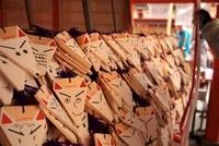 伏見稲荷大社本殿前の絵馬 10330000313| 写真素材・ストックフォト・画像・イラスト素材|アマナイメージズ