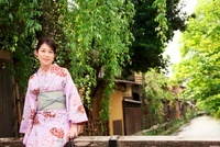 着物の女性 10330000328| 写真素材・ストックフォト・画像・イラスト素材|アマナイメージズ