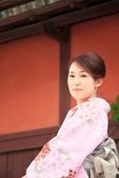 着物の女性 10330000337| 写真素材・ストックフォト・画像・イラスト素材|アマナイメージズ