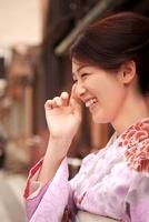 着物の女性の笑顔 10330000339| 写真素材・ストックフォト・画像・イラスト素材|アマナイメージズ