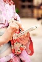 着物の女性とスマートフォン 10330000340| 写真素材・ストックフォト・画像・イラスト素材|アマナイメージズ