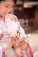 着物の女性とスマートフォン 10330000341| 写真素材・ストックフォト・画像・イラスト素材|アマナイメージズ