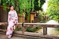 着物の女性 10330000361| 写真素材・ストックフォト・画像・イラスト素材|アマナイメージズ