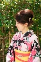 着物の女性 10330000367| 写真素材・ストックフォト・画像・イラスト素材|アマナイメージズ