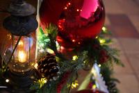ランプとクリスマスオーナメント