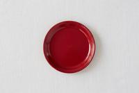 白い布と赤い皿