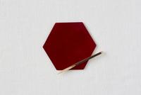 白い布と赤い皿と黒文字