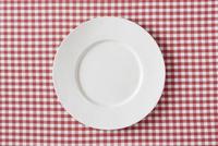 赤いチェックの布と白い皿