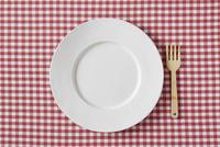 赤いチェックの布と白い皿とフォーク