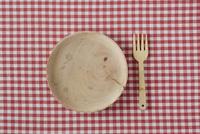 赤い布と木の皿とフォーク