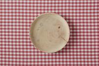 赤い布と木の皿