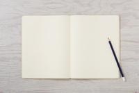 ノートと机とペン 10331001988| 写真素材・ストックフォト・画像・イラスト素材|アマナイメージズ