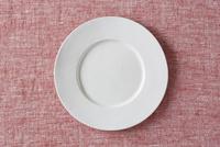 赤い布と白い皿