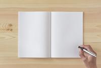 木の机とノートとペン
