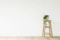 スツールと観葉植物