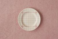 白い皿とピンクの布