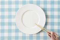 水色のチェックの布と白い皿