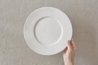 ベージュの布と白い皿