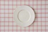 ピンクのチェックの布と白い皿