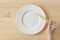 木のテーブルと白い皿