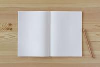 木の机とノートとえんぴつ