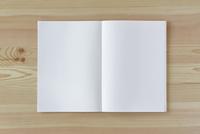 木の机とノート